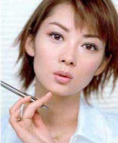 彩妆:时尚美眉瘦脸化妆三步曲